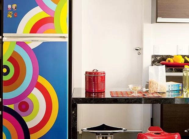 Para cobrir a geladeira, a moradora aplicou o adesivo colorido, que animou a cozinha em tons escuros. Boa ideia se sua geladeira está feia, mas funciona bem (Foto: Edu Castello/Casa e Jardim)