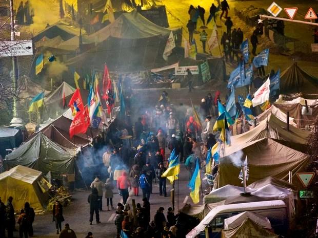Sindicalistas pró-europeus se repunem em acampamento na Praça da Independência, em Kiev, na Ucrânia. (Foto: Alexander Zemlianichenko/AP)