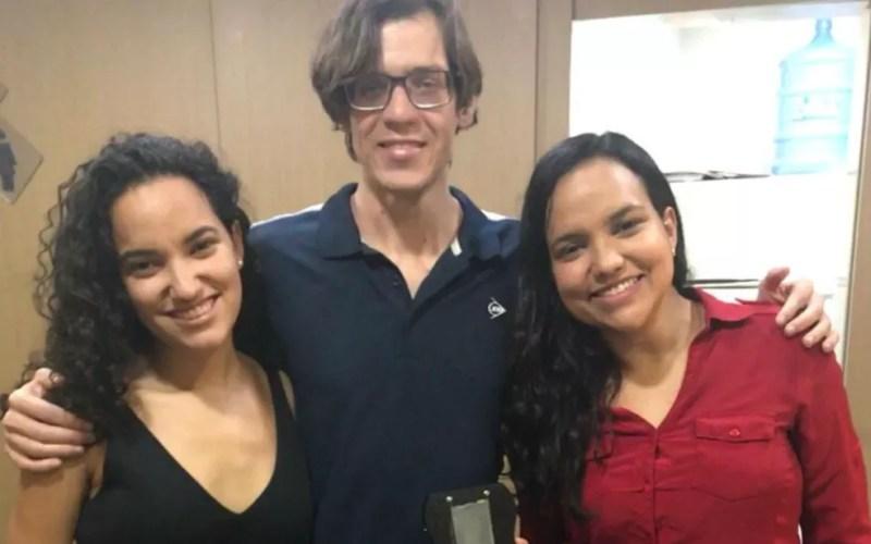 Irmãs Júlia e Nathália Nascimento viram a chance de desenvolverem o dispositivo junto com outro estudante, o paulista Rheyller Vargas, que também é pesquisador na área. — Foto: Arquivo pessoal