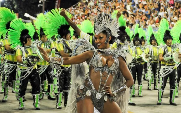 Rainha Camila Silva à frente da bateria durante desfile da Mocidade (Foto: Alexandre Durão/G1)