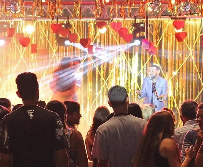 Lindo e Pat dançam juntinhos no palco ao lado de Pablo (Foto: Letícia Souza/Gshow)
