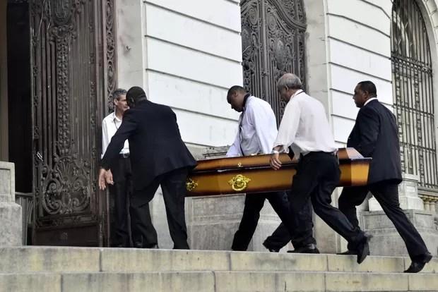 Corpo d eLuiz Carlos Miele chega para o velório no Rio (Foto: Roberto Teixeira/EGO)