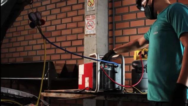 O gás do ar-condicionado, nocivo ao meio-ambiente, é removido com aparelhos especiais — Foto: Divulgação