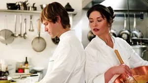 Kate Armstrong é a chef de um sofisticado restaurante de Manhattan. Ela leva seu trabalho com muita seriedade, o que faz com que as pessoas ao seu redor se intimidem com seu jeito. Sua natureza perfeccionista é colocada à prova quando é contratado Nick, um animado subchef que tenta alegrar a todos na cozinha e gosta de ouvir ópera enquanto trabalha. Ao mesmo tempo, Kate precisa lidar com a súbita chegada de Zoe, sua sobrinha de 9 anos, que se sente deslocada na rotina da tia.