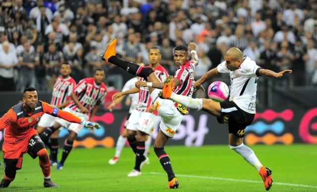 Emerson Sheik contra o São Paulo no Campeonato Paulista — Foto: Marcos Ribolli
