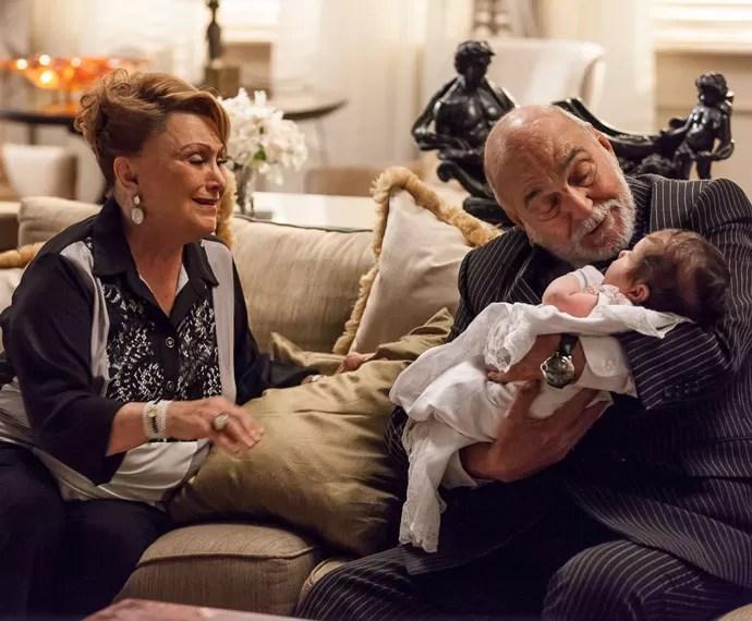 Dona Izabelita elogia o jeito de Dom Peppino com crianças (Foto: Artur Meninea/Gshow)