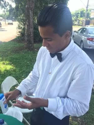Jovem vende água vestido de garçom depois de vencer as drogas em Goiás (Foto: Murillo Velasco/G1)