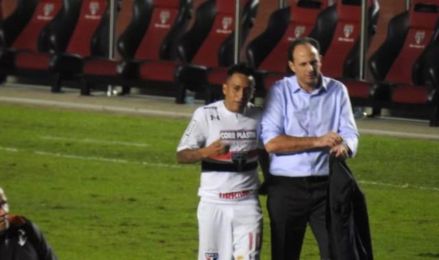 Cueva deixa o campo ao apito final em conversa com Ceni: tom tranquilo após reclamação na substituição (Foto: Alexandre Lozetti)
