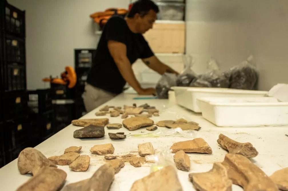 Fragmentos cerâmicos coletados da tradição Pocó, que podem datar 3 mil anos — Foto: Bernardo Oliveira/Instituto Mamirauá