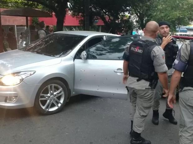 Carro com marcas de bala após tiroteio em frente a hospital em Porto Alegre (Foto: Divulgação/BM)