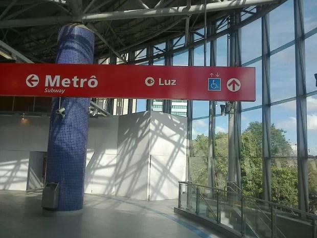 Placa próxima de escada rolante indica acesso a elevador, interditado para obras de modernização (Foto: Roney Domingos/ G1 )