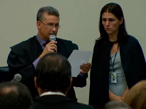 Juiz Murilo Fernandes de Almeida lê sentença que condenou Antério Mânica (Foto: Reprodução/TV Globo)