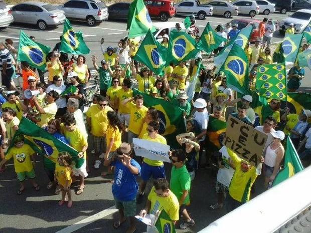 Manifestantes vão às ruas contra o governo federal, em São Luís (Foto: Márcia Carlile/G1 MA)