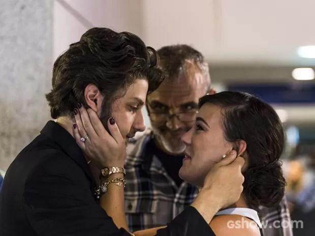 Diretor Rogério Gomes ensaia com Chay Suede e Adriana Birolli (Foto: Paulo Belote/TV Globo)