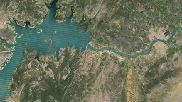 Erro no satélite Landsat 7 fez com que imagens do Google Earth ficassem falhas, com linhas diagonais. Na foto, o Rio São Francisco. (Foto: BBC)