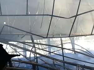 Fogo danificou a estrutura metálica do telhado (Foto: Michelly Oda / G1)