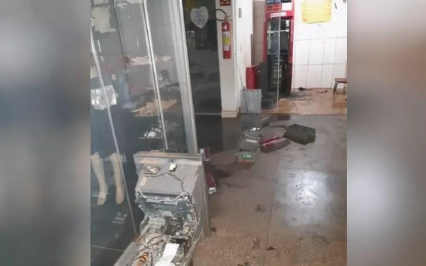 Caixa eletrônico é arrombado em Águas Lindas de Goiás — Foto: Reprodução/TV Anhanguera