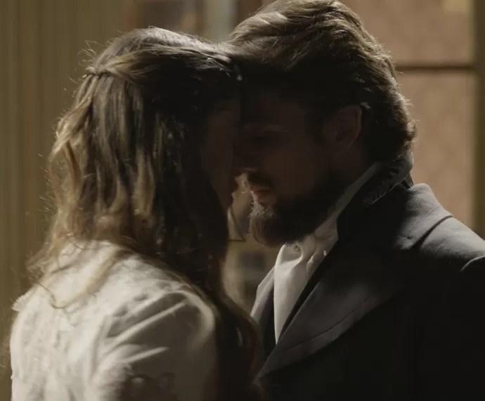Lívia e Felipe não conseguem mais esconder o que sentem (Foto: TV Globo)