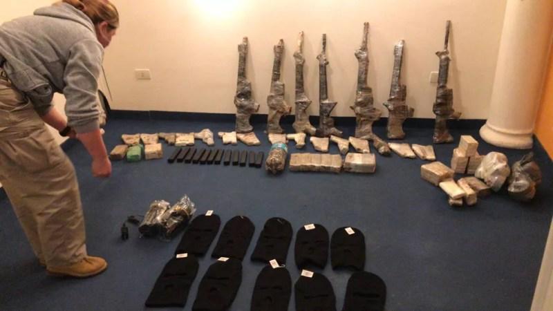 Armas e munição estava enterradas  — Foto: Divulgação/PF