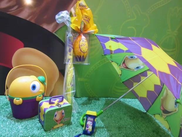 A Arcor trouxe os ovos Tortuguinha que vêm com sombrinha, lancheira, lanterna e maletinha  (Foto: Marta Cavallini/G1)
