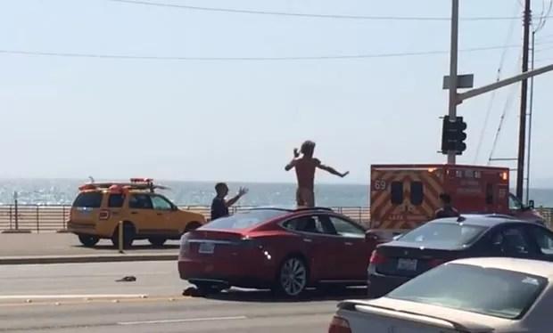 Homem provocou confusão na rodovia Pacific Coast, na região de Los Angeles, no estado da Califórnia (EUA), após ficar nu no teto solar de seu veículo (Foto: Reprodução/YouTube/T Bliss)