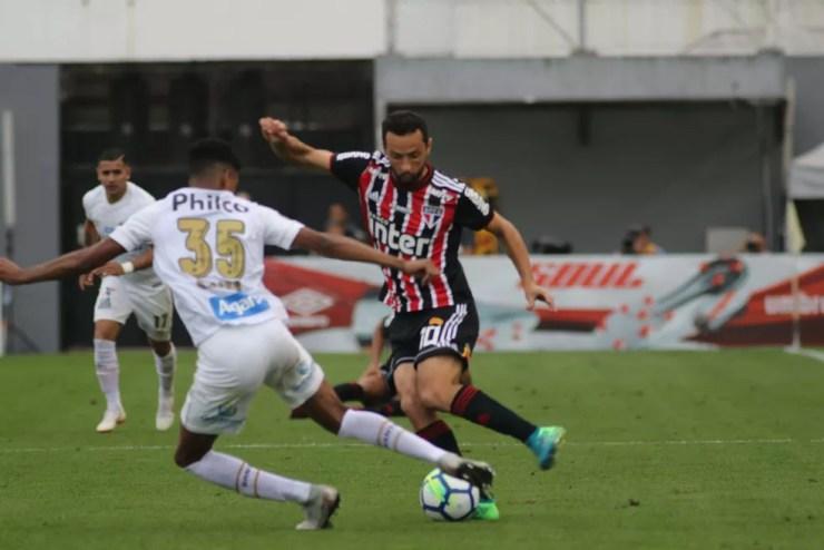 Nenê versus Robson: meia não conseguiu criar muitas jogadas na Vila — Foto: Marco Silva / Futura Press
