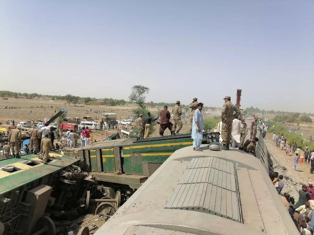 Militares e equipes trabalham no resgate de passageiros após colisão entre dois trens no Paquistão, nesta segunda-feira (7) — Foto: Inter-Services Public Relations (ISPR)/Handout via REUTERS