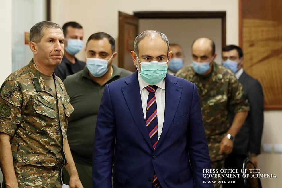 Primeiro-ministro da Armênia, Nikol Pashinian, durante encontro com lideranças militares neste domingo (27) — Foto: Governo da Armênia/Handout via Reuters