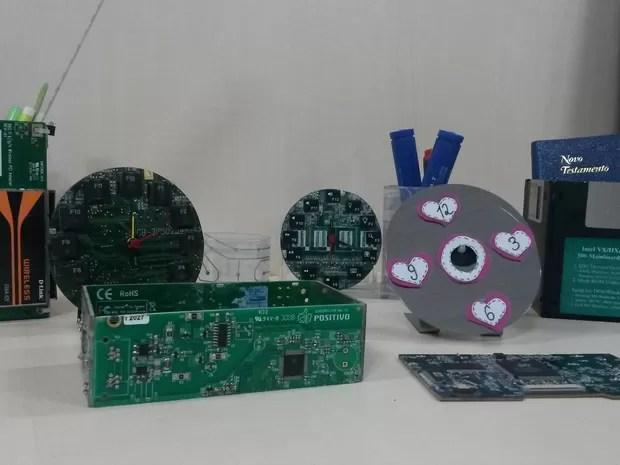 Técnico de informática transforma lixo eletrônico em objetos de