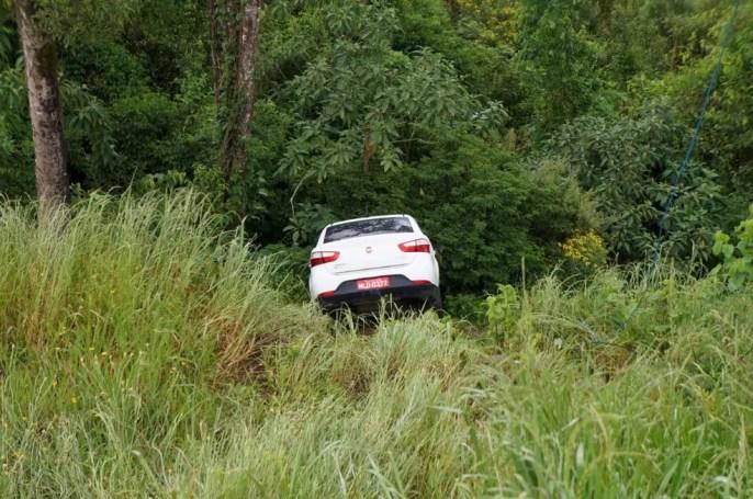 Gilberto saiu do carro para pedir ajuda e carro caiu em um barranco — Foto: Polícia Civil/Divulgação