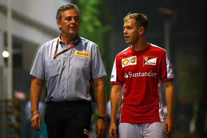 Mario Isola com Sebastian Vettel no GP de Cingapura (Foto: Getty Images)