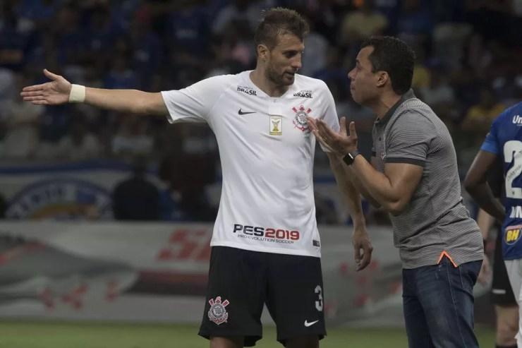 Jair Ventura e Henrique conversam: defesa do Corinthians vem tendo dificuldades — Foto: Daniel Augusto Jr/Ag.Corinthians