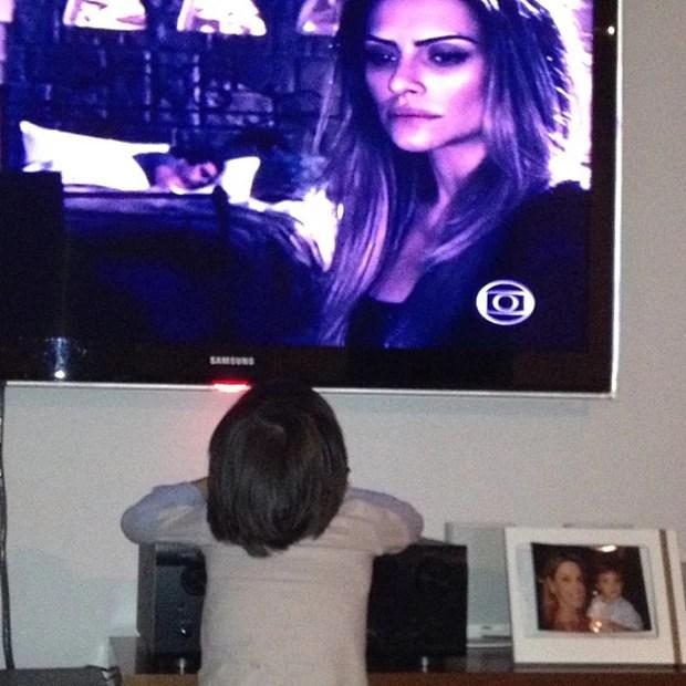 Mari Alexandre posta foto do filho assistindo à irmã, Cleo Pires (Foto: Instagram / Reprodução)