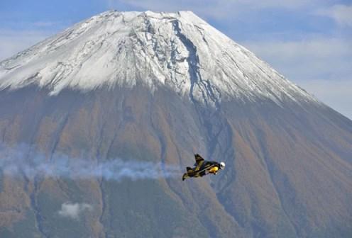 """O suíço Yves Rossy, conhecido como """"Jetman"""" ou """"homem-pássaro"""", voa perto do Monte Fuji (Foto: Katsuhiko Tokunaga/Breitling Sa & Jetman Project/AFP)"""