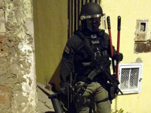 Policial civil durante operação para combater tráfico de drogas e armas no Distrito Federal nesta quarta-feira (13) (Foto: Polícia Civil/Divulgação)