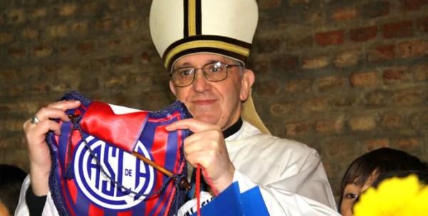 Papa Francisco I com o escudo do San Lorenzo (Foto: Reprodução)