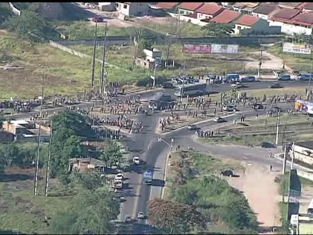 Rio de Janeiro Dois operários do Comperj foram baleados durante o segundo dia de protesto da categoria, em Itaboraí (Foto: Reprodução/ TV Globo)