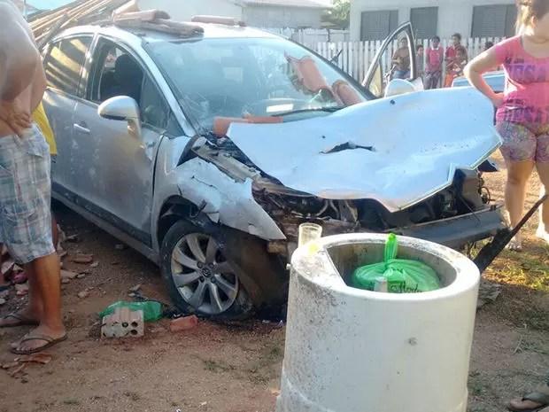 Carro participava de racha e atingiu casa onde as vítimas estavam (Foto: Agitos Nobres)