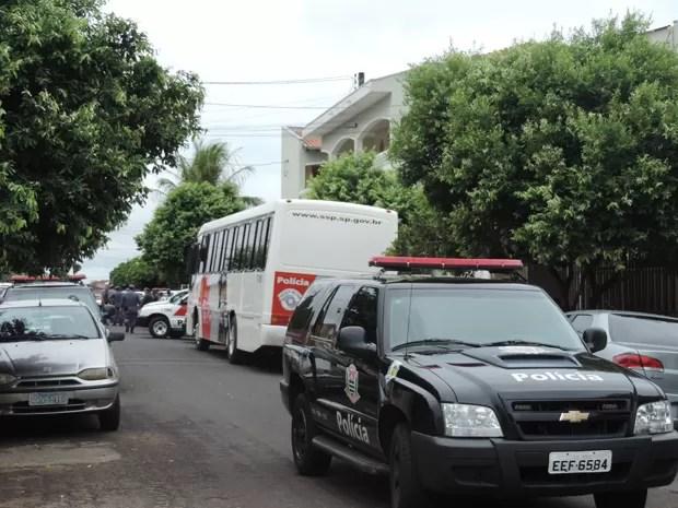Duas viaturas policiais foram incendiadas na madrugada deste domingo (30), por volta da 1h10, na 4ª Companhia da Polícia Militar, em Álvares Machado (Foto: Carolina Mescoloti/G1)