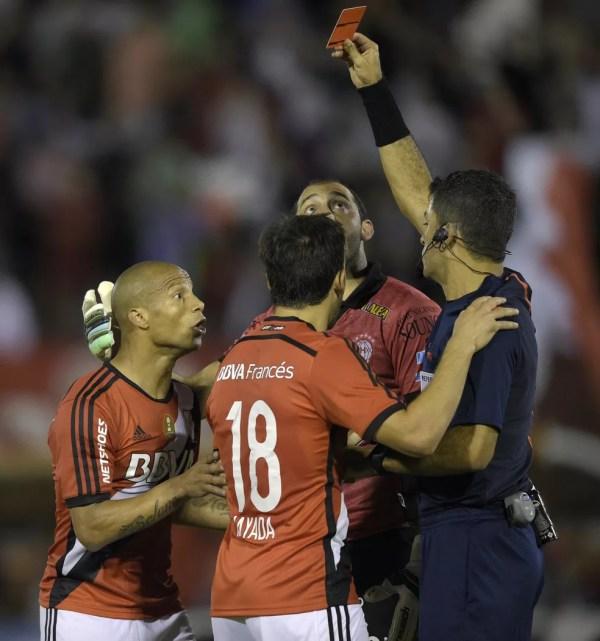 Carlos Sánchez é expulso em jogo do River Plate contra o Huracán na Copa Sul-Americana de 2015 (Foto: AFP / Juan Mabromata)