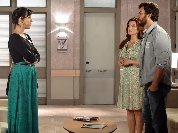 Miriam não gosta de ver Rodrigo junto de Elisa (Foto: Amor Eterno Amor/TV Globo)