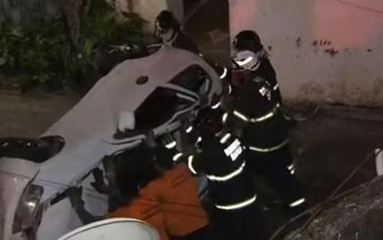 Bombeiros e agentes da Transalvador retiraram o carro do terreno da casa, em Salvador — Foto: Reprodução/TV Bahia