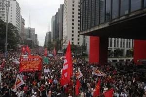 Manifestantes protestam contra o governo do presidente empossado Michel Temer em frente ao Masp, na Avenida Paulista, neste domingo, 04/09/2016 (Foto: Werther Santana / Estadão)