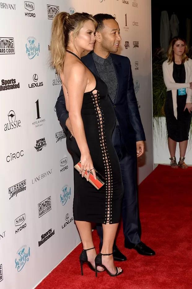 Modelo Chrissy Teigen, grávida, e o cantor John Legend em evento em Miami, nos Estados Unidos (Foto: Gustavo Caballero/ Getty Images/ AFP)