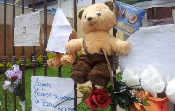 Populares deixam brinquedos e cartazes com frases pedindo por Justiça em frente à casa da família — Foto: Fernanda Testa/G1