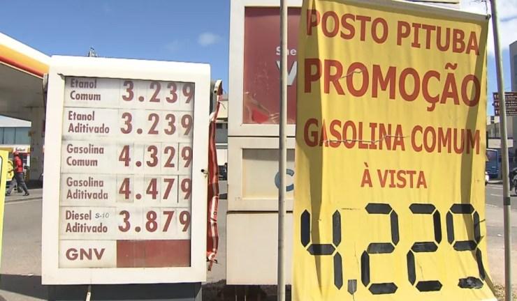 Posto de gasolina na Avenida Manoel Dias, bairro da Pituba, já tinha reajuste e cobrava R$ 4,32 pela gasolina comum (Foto: Reprodução/TV Bahia)