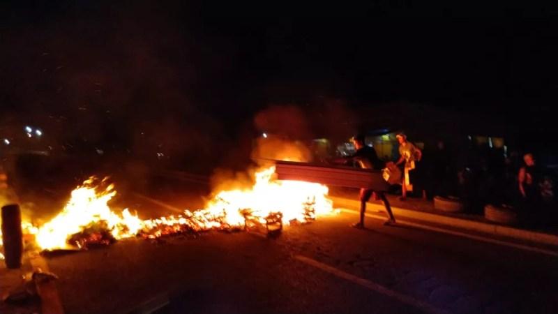 Manifestantes queimam materiais e interditam Rio-Santos em protesto contra feriado prolongado em SP — Foto: Helton Romano