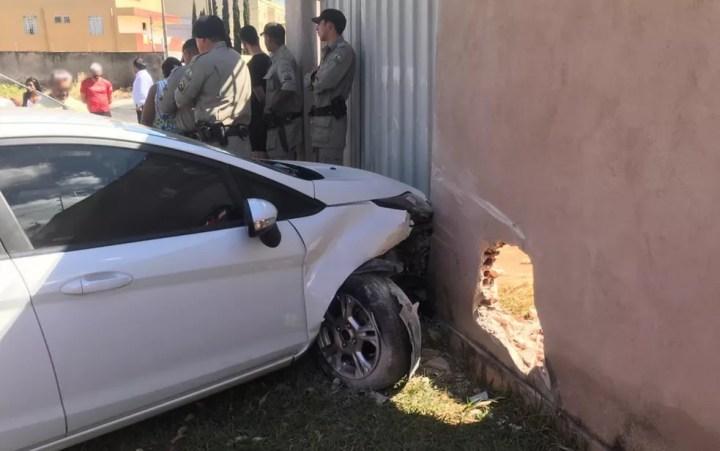 Carro usado por suspeito ainda bateu no muro e portão de uma casa, em Goiânia, Goiás — Foto: Polícia Militar/Divulgação