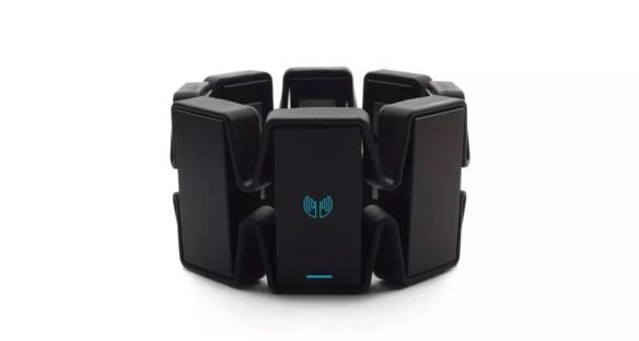 Bracelete Myo transforma gestos em comandos para computadores e até drones. (Foto: Divulgação/Myo)