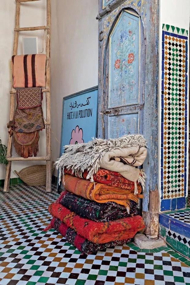 Vanessa e Vincent recolhem os tapetes durante o escaldante verão e os transformam em pufe. No gélido inverno, voltam a espalhá-los pela casa. (Foto: Lufe Gomes/Life by Lufe)
